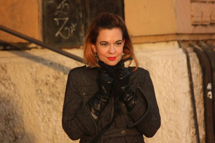 red lips and auburn balayage with blackb leather gloves