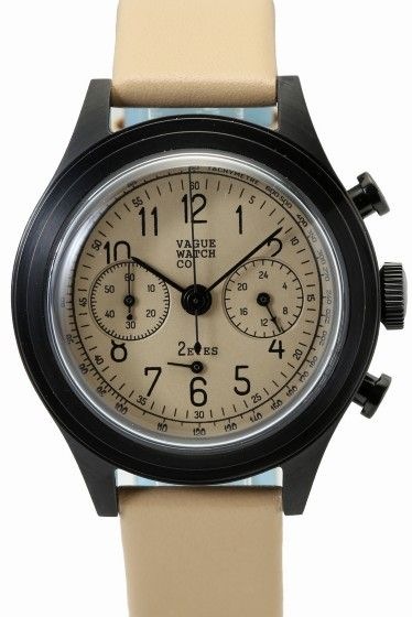 """VAGUE 2EYES(2C-L-001)  VAGUE 2EYES(2C-L-001) 25920 VAGUE WATCH Coより クロノグラフモデルCOUSSINをご紹介 """"アンティークウォッチの雰囲気を手軽に楽しめる腕時計 """"をコンセプトに 製作されたVAGUE WATCH Co. モデル名のCOUSSINはフランス語のクッションの意味を持ち その名の通りケースがクッションの形をしているところから名付けられました 70年あまり前のデザインでありながら 現代のカジュアルな装いからスーツのように上品なスタイルまで 服装を選ばない不思議な雰囲気の時計です VAGUEでは始めてのクロノグラフモデル ブラックIPメッキの時計本体ケースに 統一した色のダイアルとベルトでミニマルな心象ですが ダイアルデザイン形にこだわった風防などクラシカルな要素も加えています 男性女性問わずお使いいただけるデザインになっておりますので ご自身用としてはもちろんギフトとしてもおススメの逸品!! 素材ステンレス(ブラックIP加工) ベルトカーフレザー ムーブメントクオーツ 防水性生活防水 保証書について…"""