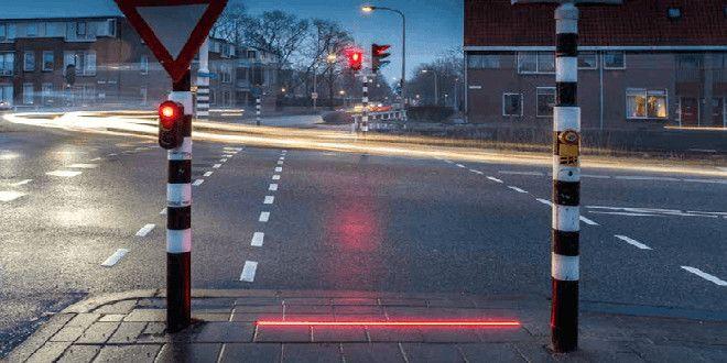 Paesi Bassi: semafori con strisce LED sulla strada per i malati di smartphone  #follower #daynews - https://www.keyforweb.it/paesi-bassi-semafori-con-strisce-led-sulla-strada-per-i-malati-di-smartphone/