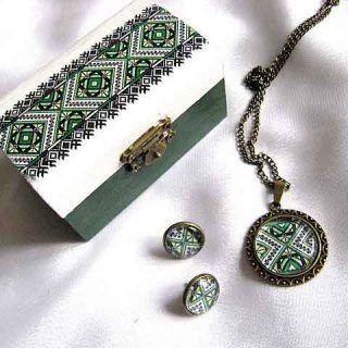 Set cadou, cutie, colier cu pandantiv si cercei cu motive traditionale