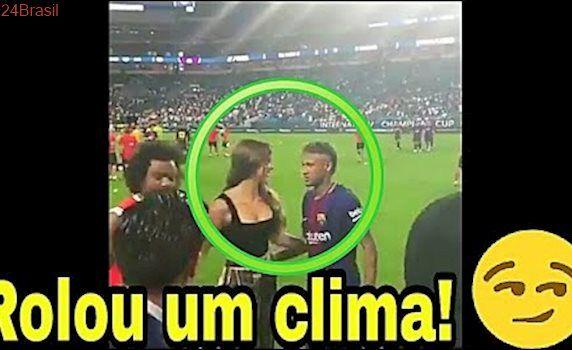 Neymar e a safadinha Amanda Cerny troca olhares no clássico Real Madrid X Barcelona