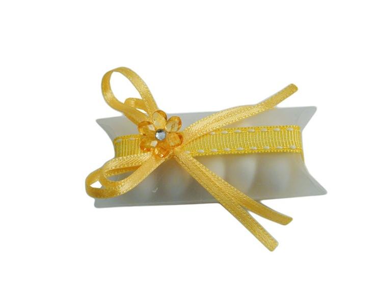 Confezione portaconfetti con nastrino e fiorellino giallo..