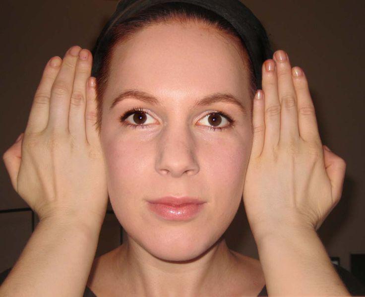 Bestimmung der Gesichtsform - Um eure Gesichtsform zu bestimmen, stellt euch vor den Spiegel, kämmt die Haare straff zusammen und haltet die Hände vor die Ohren.