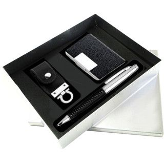 Kit executivo de pendrive, porta cartão e caneta. Kit composto por:      Pen drive de 2Gb (disponíveis em 4 e 8 Gb) de memória, em couro sintético.     Porta cartão de bolso em couro sintético com base em alumínio.     Caneta esferográfica em aço com detalhe em couro sintético no corpo.     Embalados em caixa em alumínio com fundo em espuma preta.