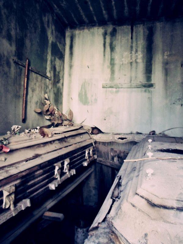 """""""Voy pisando cadáveres de amantes y viejas tumbas llenas de pasado..."""" Pablo de Rokha❤"""