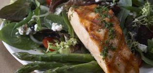 Healthy Dining Finder - Grilled Salmon and Asparagus Salad from Bonefish Grill #healthydining #recipe #yum