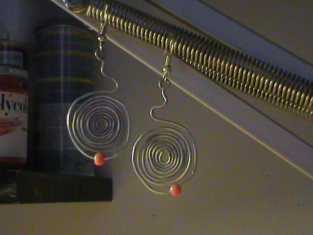 Orecchini in fil di ferro argentati con perlina rosso corallo