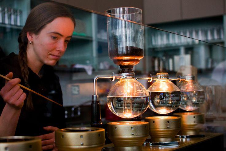 Coffee brewer satu inibarangkaliadalah alat pembuat kopi terkeren sepanjang sejarah. VACUUM coffee pot, atau yang lebih dikenal dengan syphon brewer, termasuk salah satu metode paling tua (sekaligus paling menyenangkan) dalam proses penyeduhan kopi. Konon, syphon muncul pertama kali di Jerman se…
