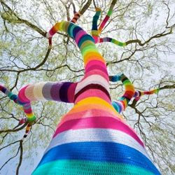 i love yarn bombing!!! (and this photo is gorgeous! would love to have this enlarged and framed up on the wall!)