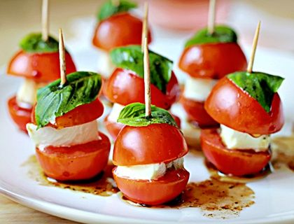 Mini Caprese Bites... Happy Hour Appetizers 31 | Hampton Roads Happy Hour. Ideas para picada.