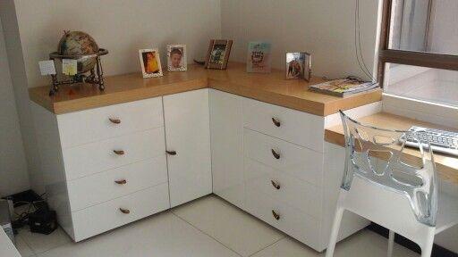 Mueble en poliuretano blanco y enchape natural