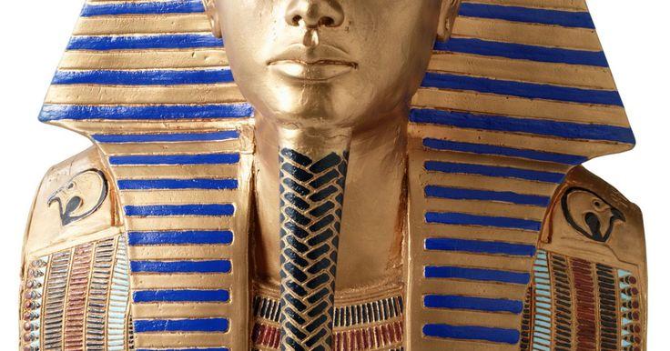 """Cómo hacer un tocado de faraón con una toalla. Faraón, un término usado originalmente para el palacio real egipcio, se convirtió en el título dado al rey egipcio durante la 18ava dinastía. Los egipcios creían que los faraones eran intermediarios entre ellos y los dioses. Estos monarcas divinos utilizaban una cubierta de tela en la cabeza llamada """"nemes"""". Camina como un rey egipcio para este ..."""