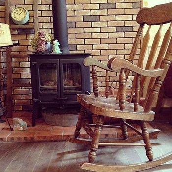 冬ならではの贅沢。  暖炉にはロッキングチェアが良く似合う。 ぽこあぽこの暖炉の雰囲気に近いのはこれかな。 やっぱり木製のロッキングチェアがいい感じ♪  今の暖炉前スペースに本を置いて薪ストーブの暖かさに包まれながら本を読めるスペースにしたい。もちろんお客様も。 お客様いないときは独占しちゃお。