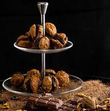 Κλασσικό και αξεπέραστο κέρασμα. Η τραγανή υφή της μαρέγκας σε συνδυασμό με την βαθιά γεύση του καρυδιού και την πλούσια υφή της σοκολάτας το κάνουν μοναδικό
