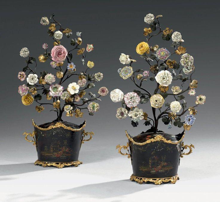 Paire de bouquetières en tôle laquée fond noir. les bouquets en métal laqué «au naturel» sont agrémentés de fleurs polychromes en porcelaine. XVIIIème siècle