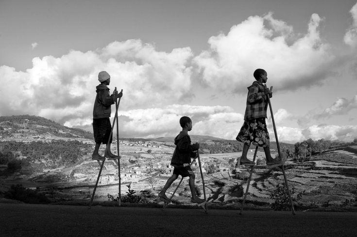 'Madagascar, fragments de vie': Pierrot Men présente une exposition inédite de photos géantes en plein air au coeur du Futuroscope