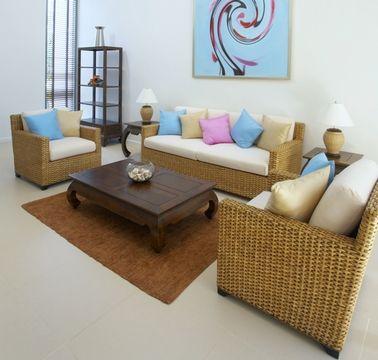 Многоцветье. Для некоторых интерьеров идеально подойдет многоцветный декор подушками. Например, для украшения дивана или кровати в марокканском стиле можно использовать множество подушек разных цветов, причем цветов ярких и сочных. Этот же многоцветный план можно выбрать для современной гостиной или спальни с преимущественно нейтральными тонами. Яркие подушки оживят интерьер, сделают его веселым, солнечным.