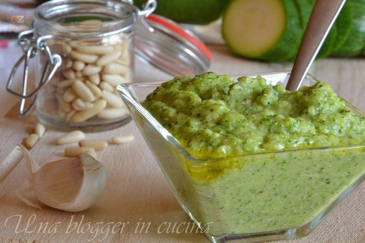 Pesto di zucchine, una ricetta molto semplice per condire pasta corta a lunga a base di zucchine, basilico, olio e pecorino.