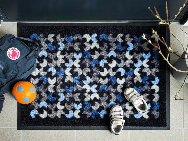 The Eng doormat is inspired by a blossoming meadow, interpreted in a stylized manner.