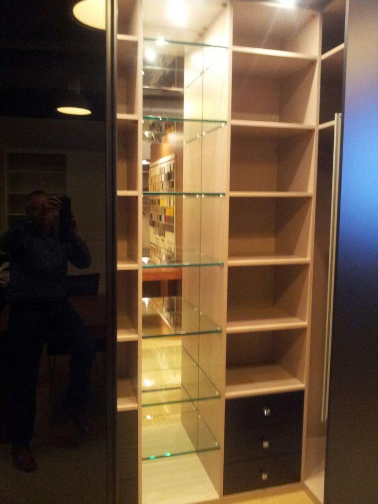 Inloopkast van slechts 100 cm. diep; het vitrinegedeelte maakt de kast bijzonder luxe. Deze fraaie inloopkast is te bewonderen in de showroom van Kastenstudio Maatmeubel Alexandrium Woonmall begane grond (ingang Rivièra Maison).