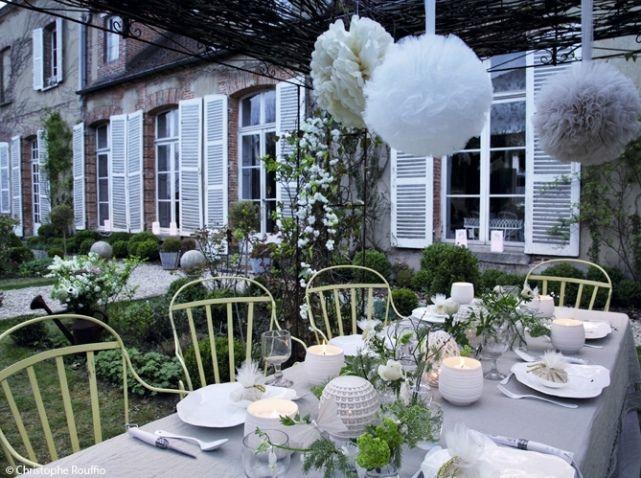Le blanc se marie parfaitement avec les herbes et les fleurs du jardins. Reposant et magnifique.