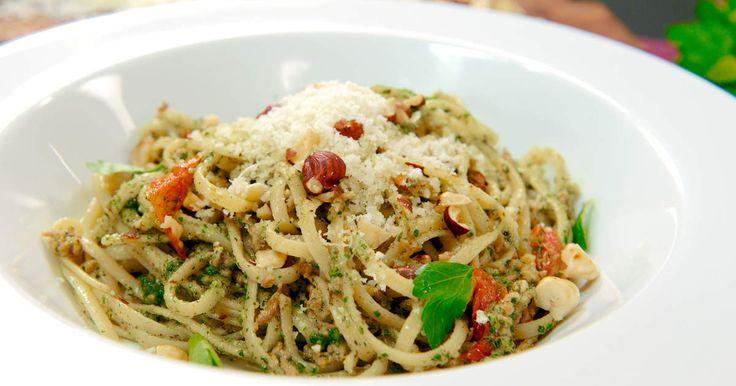 Lyxig pastarätt med hemgjord ört- och hasselnötspesto, stekt lammfärs och varma tomater.