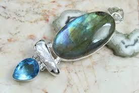 Waar knapt een Waterman van op: Door een topaas als sieraad te dragen, deze steen geeft zuivere en heldere gedachten.