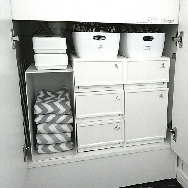 女性で、の洗面台下収納/100均/キャンドゥ/無印良品/洗面台/洗面所…などについてのインテリア実例を紹介。「洗面台下の収納のお片付け♡ 左側に配管があって奥行きがないので無印のファイルボックスは立てて入れてます:( ´ω` ): そこへ右下の深い引き出し部分に入れていた替えの手拭きタオルを移動させました♩ ワンアクションで取れるようになったし、前よりは子ども達も面倒臭がらずに替えてくれるはず(*´罒`*)」(この写真は 2016-12-16 20:15:09 に共有されました)