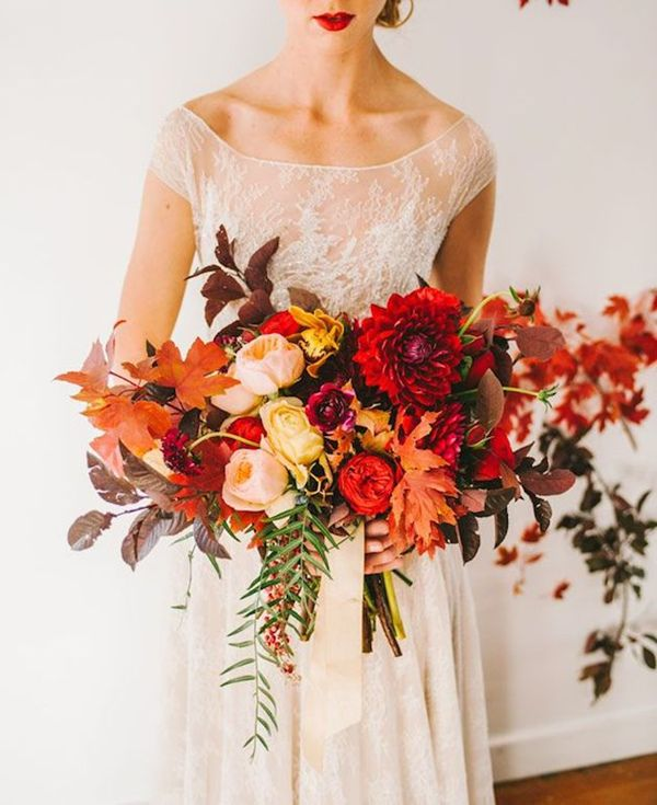 maple leaves inspired red and orange fall wedding bouquet ideas