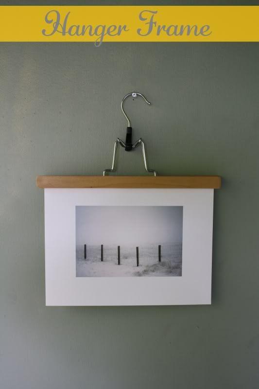 Foto mit einem Kleiderbügel aufhängen.