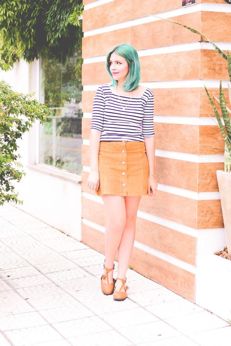 Look: saia caramelo com botões na frente e blusa listrada (via omundodejess.com)