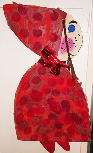 """met vingerverf eerst het """"rode"""" papier maken en dan een jas en muts voor roodkapje maken"""