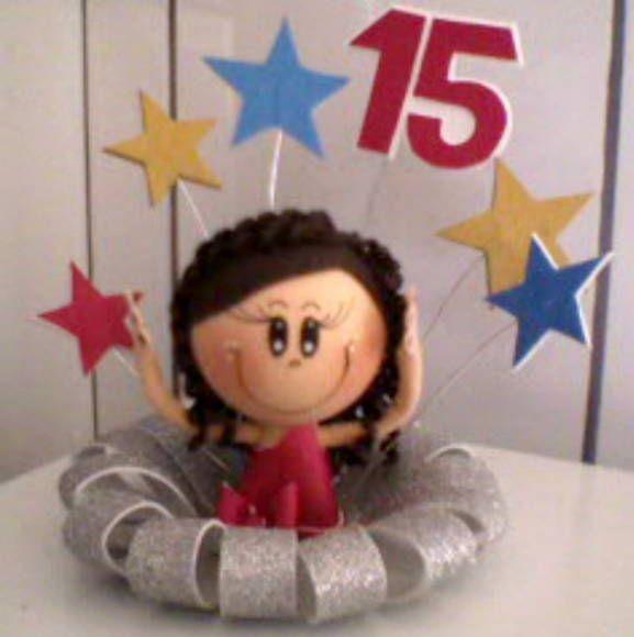 Topo de bolo feito em E.V.A. com boneca 3D. As características da boneca variam de acordo com o desejo do cliente.
