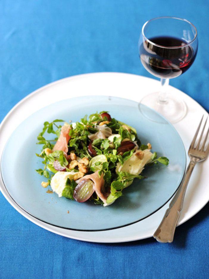イタリア料理の定番、カプレーゼを、ぶどうを使ってアレンジした、ワインにぴったりの一品。 『ELLE a table』はおしゃれで簡単なレシピが満載!