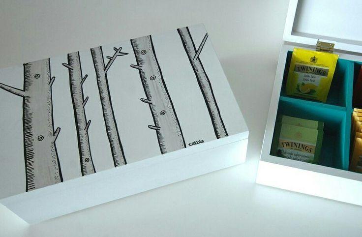 Caja para el té hecha de madera de pino, ilustrada a mano con acabado en laca. Tiene 6 compartimientos para proteger de la mejor forma tus bolsas de té. www.tatbla.com