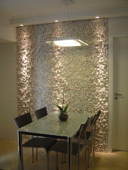 a mesa é comum, bastou uma parede especial com iluminação correta que tudo muda.....