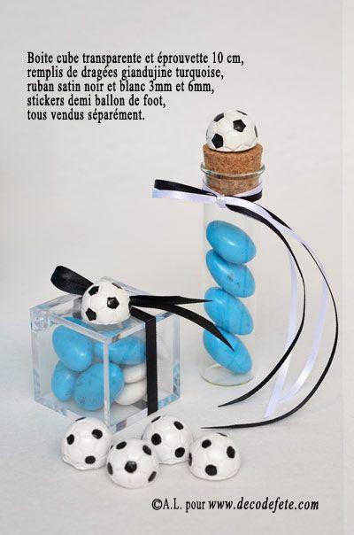 Pour les footeux, découvrez les stickers ballons, mais aussi chaussures de foot ! #deco #foot http://www.decodefete.com/stickers-demiballon-blanc-noir-p-3462.html