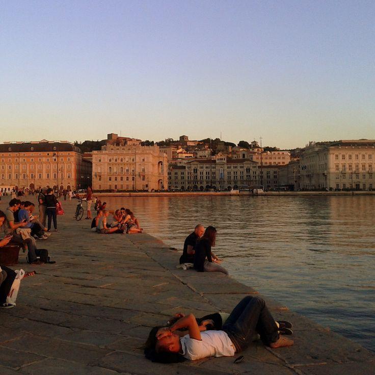 Credo ci siano poche cose più rilassanti che andarsene in Piazza Unità d'Italia, a Trieste, e sedersi sul molo al tramonto.