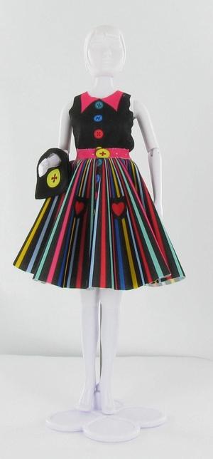 Naaipatroontje Peggy Rainbow  Met Dress your Doll kunnen kinderen zelf aan de slag om de garderobe van hun 30cm poppen uit te breiden.