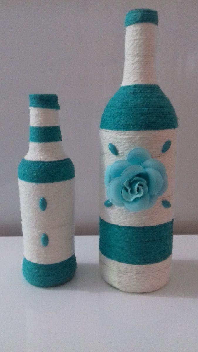 Conjunto com duas garrafas decoradas com barbante, na cor verde esmeralda com crú.
