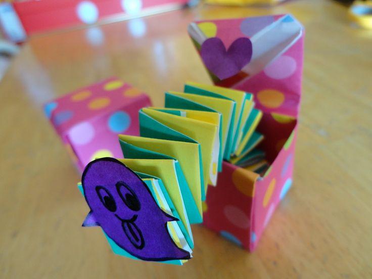 【nanapi】 折り紙で作るミニサイズのびっくり箱です。小さいけれどちゃんと飛び出してとってもかわいいですよ!用意するもの折り紙5枚(箱2枚、じゃばら部分2枚、とびだす顔の部分1枚)はさみ、のりかわいいびっくり箱の作り方STEP1箱を作ります。折り紙を色のついた方を外...