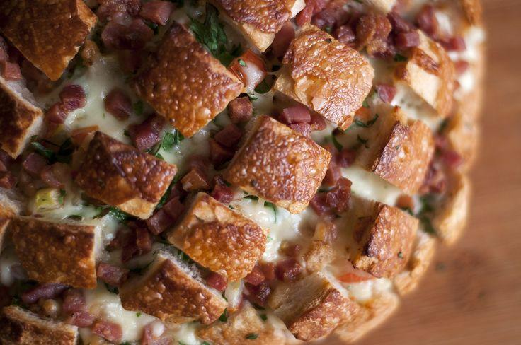 Receita do maravilhoso Blooming Bread, um pão com queijo, bacon e tomate que vai deixar seus dias mágicos!