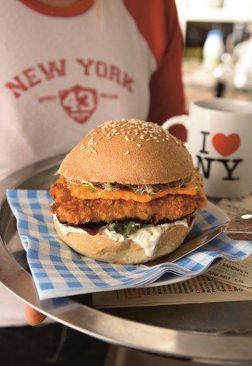 Fish burger : La vrai recette du Fish burger maison - Hamburger: 8 recettes de burgers maison - Préparation : 25 minutes Cuisson :10 minutes Ingrédients pour 4 burgers : 4 petits pains buns maison ou 1 fougasse ronde Poisson pané 4 dos de cabillaud...