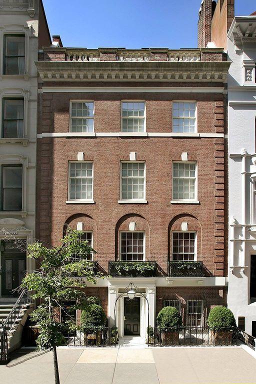16 East 69th Street é uma mansão de pedra e pedra calcária de 33 pés de largura, de cinco andares, que é um excelente exemplo da arquitetura de revivificação neo-georgiana na América. Com uma posição proeminente sobre o muito ameno e silencioso bloco arborizado da 69th...