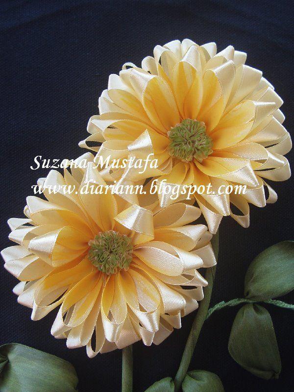Achei fácil e o efeito, maravilhoso !                   A mesma flor, sem o nózinho, com miolo e pintada, a arte da variação....          ...