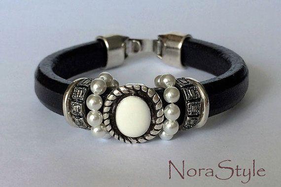 Pulsera de cuero regaliz negro con perlas por norastyleibiza