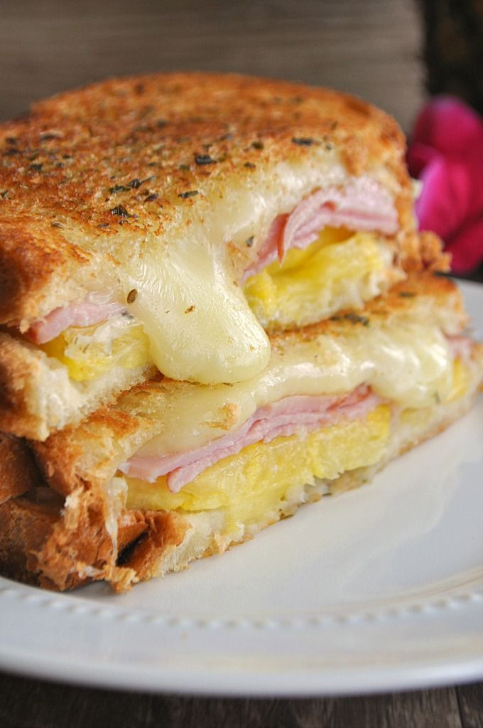 Hawaiian Grilled Cheese ~ This grilled cheese is bursting with Jack cheese, pineapple, and Canadian Bacon. Tastes just like Hawaiian pizza!