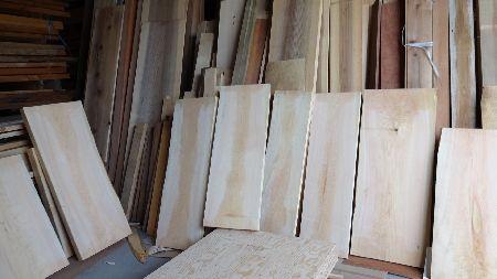 美吉野キッチンの工場です。大型のひのき板材たちがまな板にオーダーされるのを待っています。