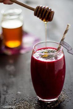 Sumo Detox de Beterraba Ingredientes: 1/4 de beterraba 1 maçã 1 cenoura 1 cm de gengibre fresco 1 laranja Sumo de 1/2 limão 1 c. de chá de sementes de chia 1 c. de chá de mel (opcional) 1 copo de água ou de leite de amêndoas Preparação: Descasque os legumes e frutas e lave-os bem. Coloque todos os legumes e frutas num robot de cozinha, junte o sumo de limão, o copo de água (ou de leite de amêndoa). Reduza tudo a um líquido. Junte as sementes de chia. Coloque o mel se necessario.