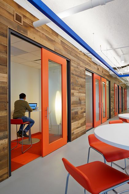 A corporate headquarters in Chicago panels their office work spaces with our reclaimed Settlers' Plank. Photo by Steve Hall, Hedrich Blessing.